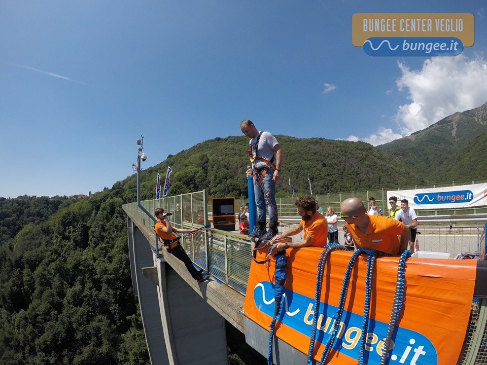 Salto dal ponte bunjee jumping
